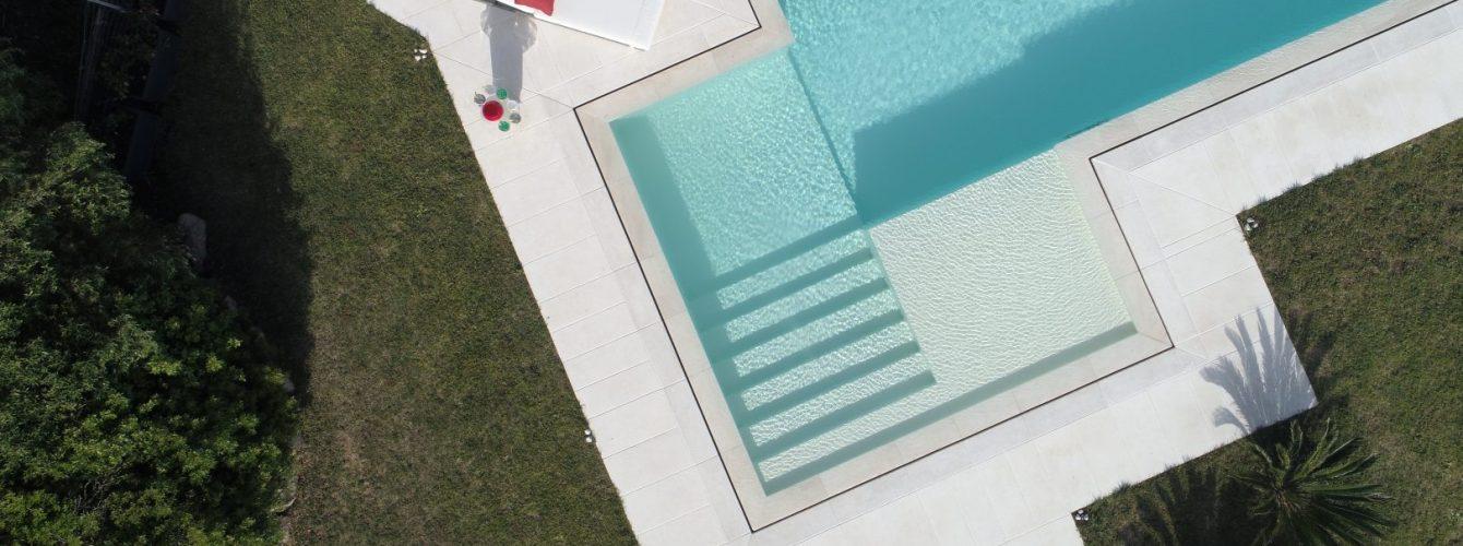 scala con spiaggetta per piscina