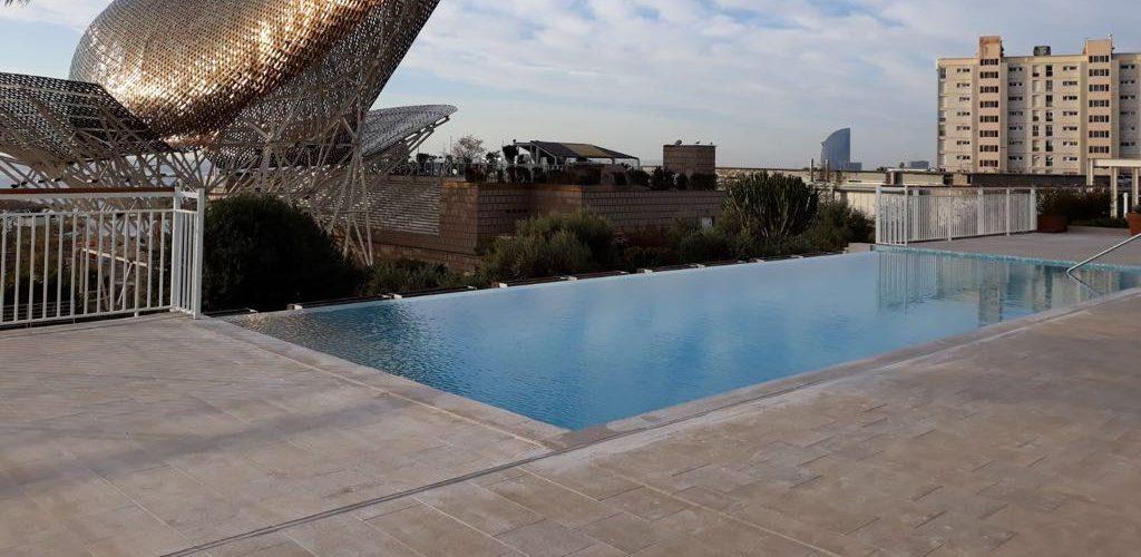 piscina su attico con cascata per hotel Art a Barcellona