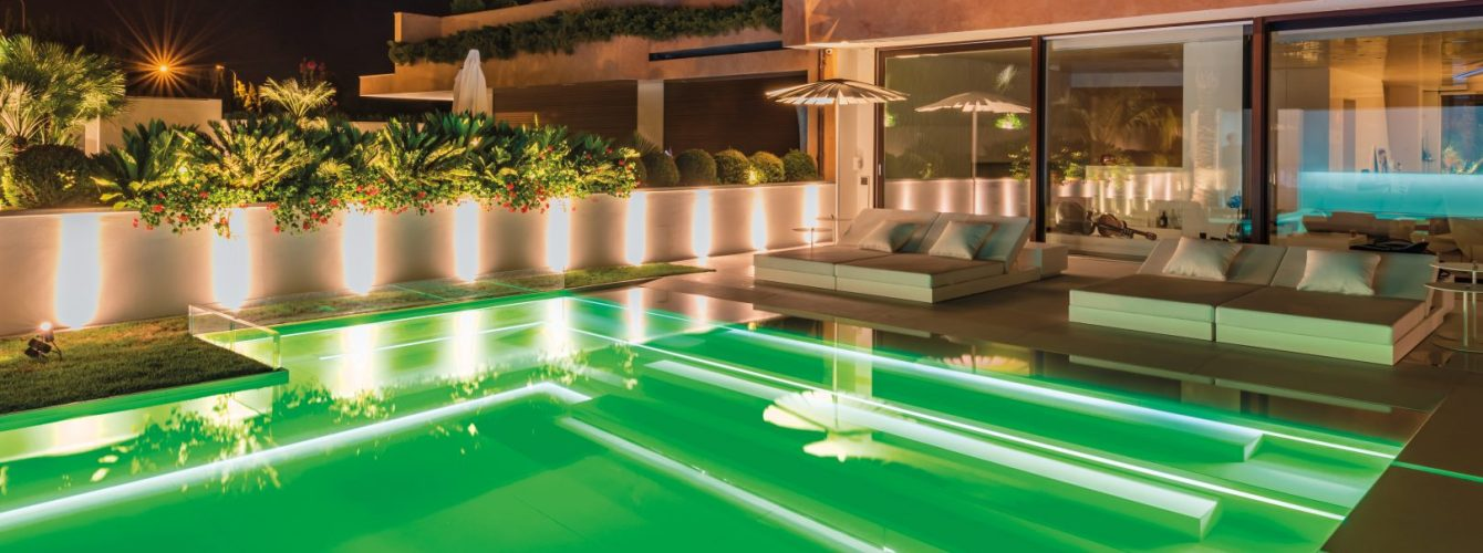illuminazione rgb in piscina