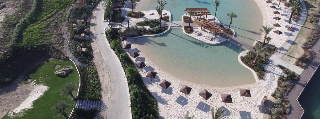 piscina a forma libera per campeggio a Sotogrande in spagna, con fondo con sabbia