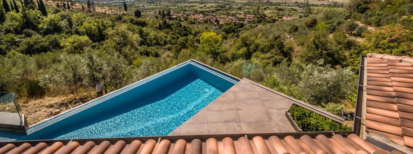 piscina in terrazza con cascata