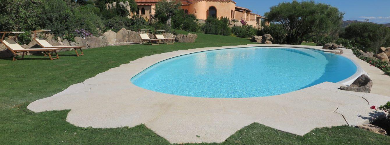 piscina tonda con sfioro nascosto e rampa di discesa in acqua