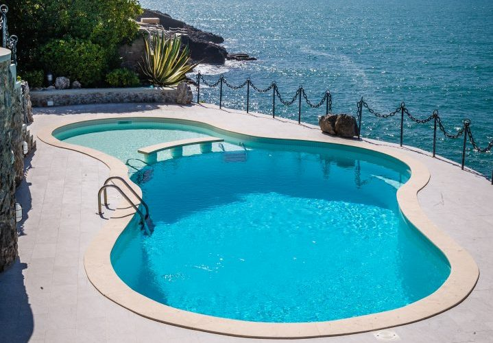 piscina a forma libera con skimmer, vista mare