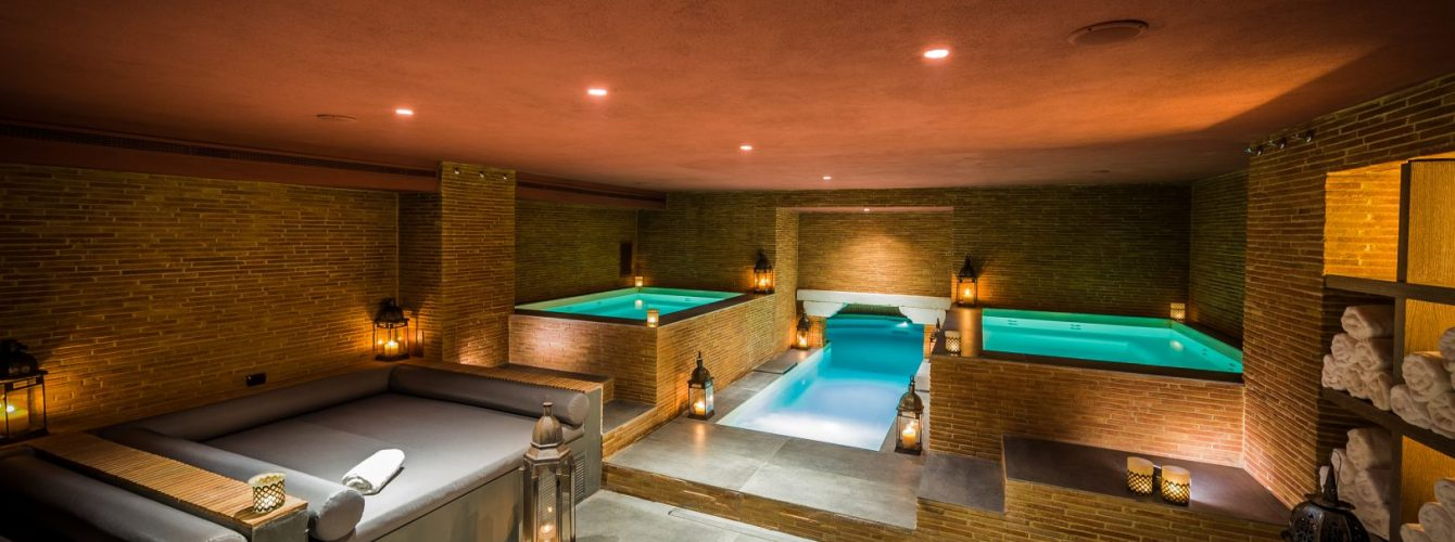 piscina interna a relais di lusso illuminata
