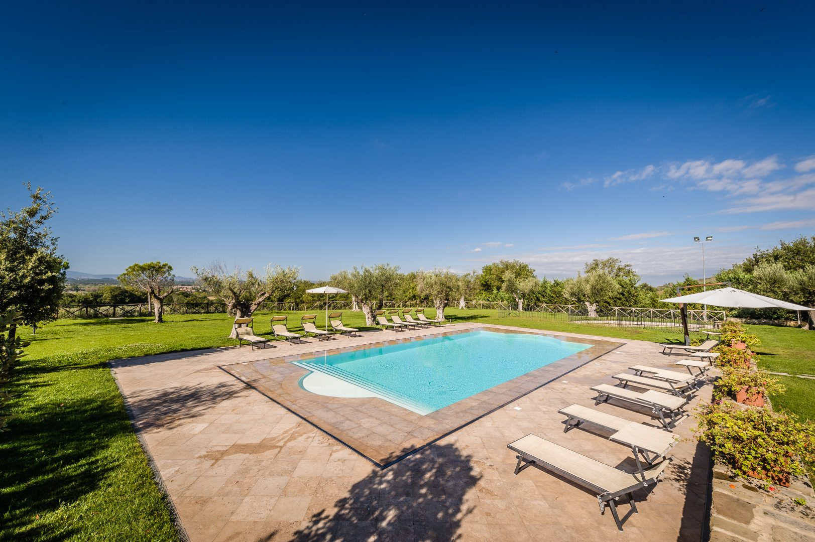 piscina con scala romana, sfioro trilogy, rivestimento bianco
