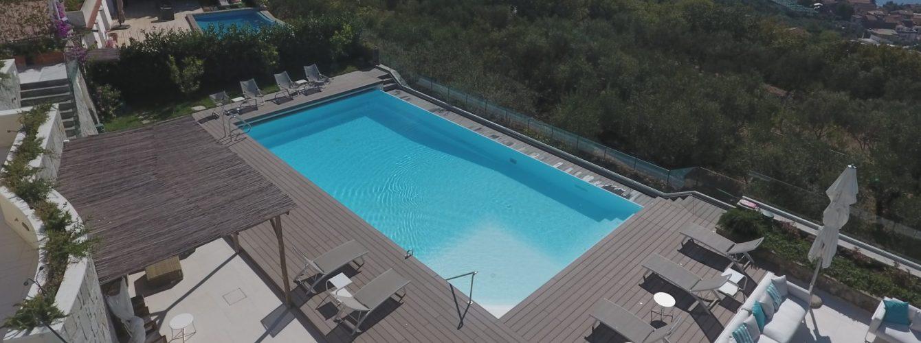 piscina con cascata, su terrazzo con vista mare