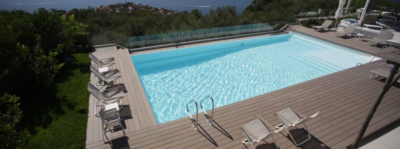 piscina bianca rettangolare con scale di ingresso