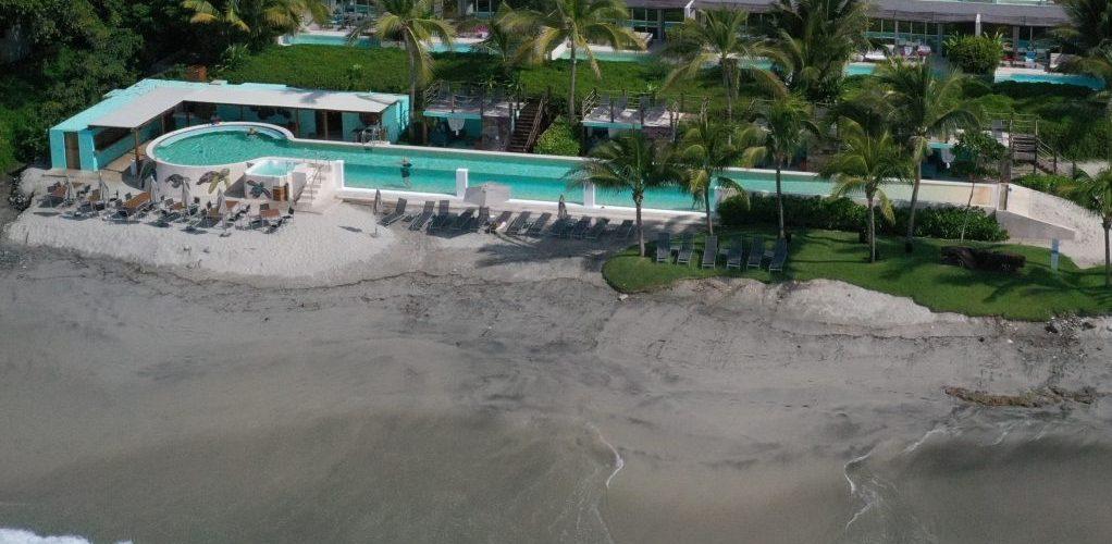piscina per hotel in messico con lato in vetro metacrilato