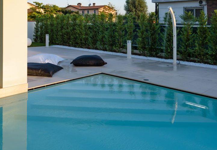 scala d'angolo per piscina con sfioro nascosto
