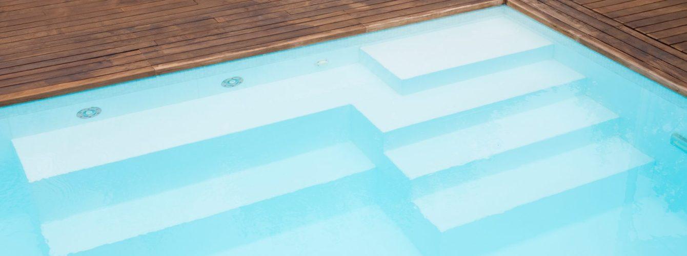 scala e panche idromassaggio in piscina