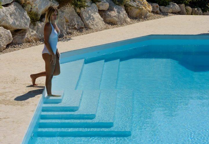 scala di design in piscina