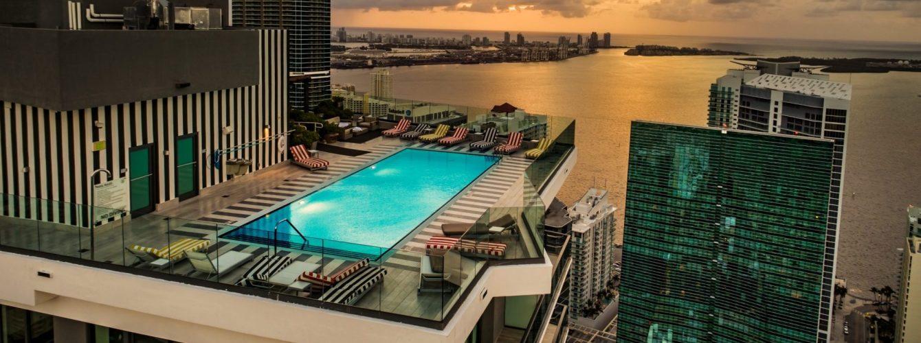 piscina ai piani alti in residence di lusso a Miami